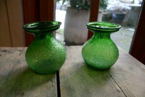 Et par gamle hyacintglas grønne fra Fyns glasværk.