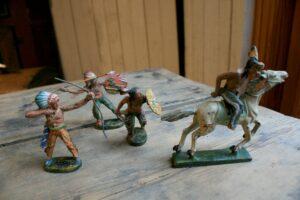 4 gamle figure lavet af Lineol og Elastolin Germany, har nogle skader.