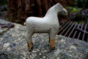 Lille antik fængsel hest med bemaling, ca. 9 cm lang og 10 cm høj.