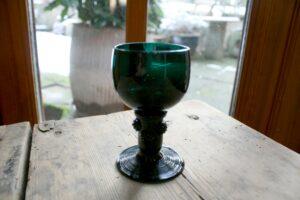 Antikt rømerglas mørk grønt, ca. 10,7 cm højt. antikke gamle glas