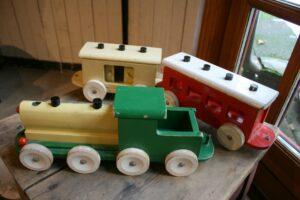 Skønt stort legetøjs tog i fin stand fra Form & farve, ca. mål på lokomotivet 40x12x14 cm.
