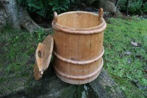 Antik trætonde med låg, kan bruges til aviser, brænde m.m. ca. 40 cm i diameter og 47 cm høj.