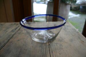 Antik tykmælk skål ymerskål med blå kant, ca. 14,5 cm Ø og 6 cm høj.