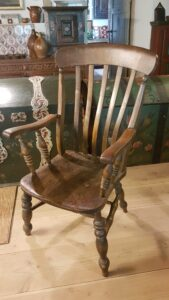 Fin antik engelsk højrygget armstol.
