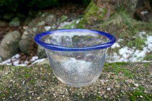 Antik lille glasskål med blå kant, ca.1,5 cm høj og 16,5 cm i diameter.