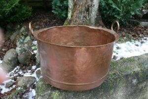 antik mellemstor kobberbalje, gruekede velegnet til brænde, ca. 30 cm høj og 50 cm i diameter.l
