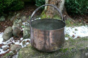 Lille antik kobbergryde balje med hank tidlig 1800 tals, ca. 25 cm høj og 33 cm i diameter.