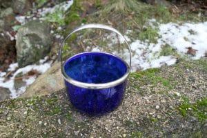 Blå sukkerskål med sølvplet montering, 9 cm høj og 11,5 cm i diameter.