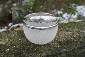 Sukkerskål med frost krystaliseret glas og sølvplet montering, ca.8,5 cm høj og 12 cm i diameter.