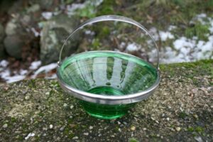 Sukkerskål i grønt glas og sølv montering stemplet PLK, ca. 5 cm højt og 12,5 cm i diameter.
