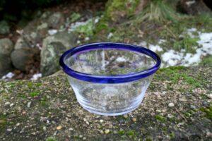 Antik tykmælkskål med blå kant, ca. 13 cm i diameter.