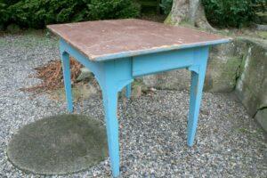 Fint antikt bord som kan bruges til spisebord, skrivebord og andet, ca. 114x79x76 cm.