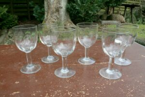 6 antikke vin glas med optiske snoninger, ca. 14,1 - 15 cm høje.