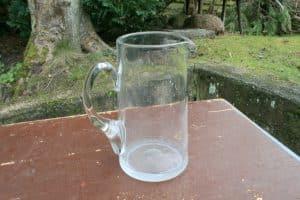 Fin gammel glas kande, ca. 17 cm høj.
