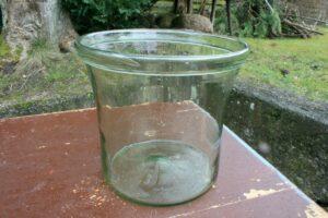 Antikt sylteglas i lys grøn tone med om bukket kant, ca. 19 cm Ø og 18 cm højt.