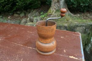 Antik rund kaffekværn i træ, ca. 17 cm høj u/håndtag.