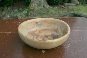Antik rund træskål fra sverige, ca. 29 cm i Ø og 9 cm høj.