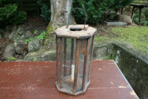 Antik staldlygte med gamle glas i skønne reparationer, 33 cm høj.