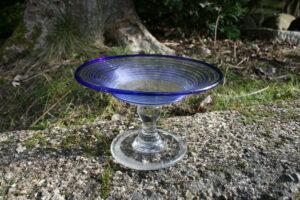 Sukkerfad med omvendt balusterstilk og blå rand og spiral fra Kastrup, ca. 9 cm højt.