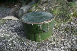 Lille grøn rund æske, ca. 12 cm i diameter og 7 cm høj.