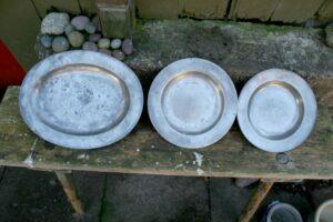 Antikke tinfade med stempler omkring år 1800, ca. 35x27 cm, 25 og 24 cm i diameter.