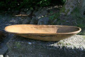 Fin antikt træskål i naturgroet træ, ca. 56 cm langt og 15 - 17 cm bredt.