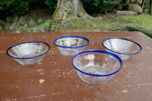 Antikke tykmælk skåle glasskåle med blå kant, ca. 14,5 - 16 cm i diameter.