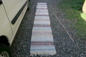 Kludetæppe nr. 390, ca. 385x60 cm. har et hul. Har altid et udvalg af svenske klude tæpper..