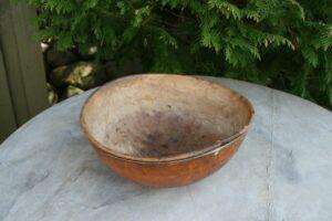 Antik rund skål med tin bånds forstærkning, ca. 24 cm diameter og 10 cm høj.