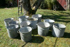 Div. zink tønder / spande med håndtag, ca. 32-38 cm høje og 38-45 cm i diameter.