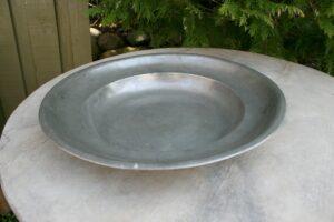 Antikt dybt tinfad stemplet fra Lund. ca.37 cm i diameter og 5,5 cm højt.