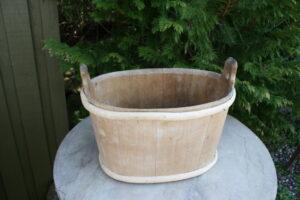 Antik oval træbøtte uden låg, ca. 39x23x25 cm.