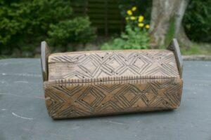 Lille æske med låg i begge ender, disse er senere lavet, ca. 15x7x8 cm.