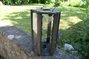 Rustik antik staldlygte til stearinlys, ca. 15 cm Ø og 27 cm høj.