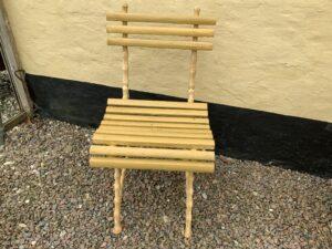 Fin gulmalet have stol i støbejern og træ.