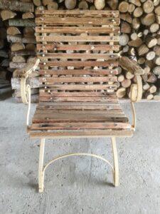 Gammel have stol med armlæn i jern og træ.