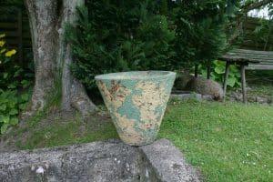 Gammel stor fin rustic have krukke med slit bemaling, ca. 46 cm i diameter og 39 cm høj.