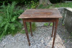 Lille antikt bord med original bemaling, ca. 71x50x77 cm.