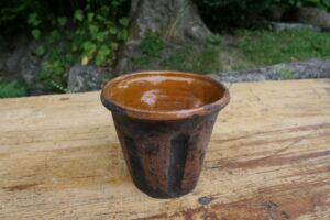 Lille lertøjkrukke potte med glasur inden i, ca. 11,5 i diameter og 10 cm høj.