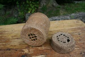 Et par antikke små ostekurve i fin stand, ca. 18 - 16,5 cm i diameter og 17 - 5 cm høje.