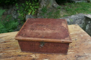 Fint lille antikt skrin med almuerød bemaling, ca. 41x35x17 cm.