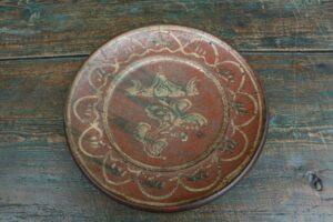 Antikt lertøjfad pandekagefad fra sverige, ca. 28 cm i diameter og 3,5 cm højt.