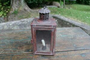 Fin antik staldlygte / lygte i metal bemalet, ca. 10x9x23 cm.