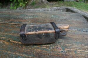 Lille antik rustik æske med skydelåg, ca. 17x6,5x5,5 cm.