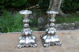 Et par senbarok stager i sølvplet, ca. 190 cm høje..
