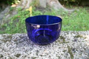 Sukker i blåt glas fra 1920, ca. 11 cm i Ø og 7,8 cm høje.