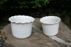 Et par hvide urtepotte skjuler18 og 15,5cm i diameter.