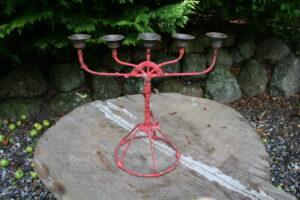 Antik jernstage med 5 arme og rød bevikling, ca.33 cm bred og 30 cm høj.