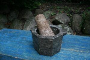 Antik sten morter med støder fra omkring 1800, ca. 16 cm i diameter og 10,5 cm høj.