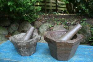 2 antikke sten morter med støder fra omkring 1800, ca. 23 cm i diameter og 14 cm høj, 20 cm i Ø og 12 cm høj.